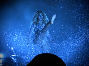 "Beyoncé Changes Choreography to ""Hands Up Don't Shoot"""